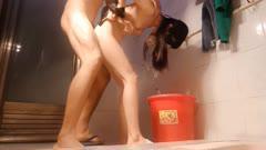 为性生活添加点激情刺激饥渴男冲进浴室把正要洗澡的苗条美腿漂亮小嫂子绑住双手堵上嘴强行啪啪/