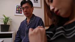 结婚后因为欲求不满出轨与公公的友田彩也香