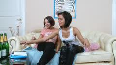 WoWGirls系列:年轻的女同性恋女孩喝完酒互舔互插 Z9